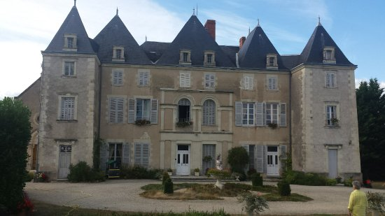 Dange-Saint-Romain, Frankrike: The front of the chateau