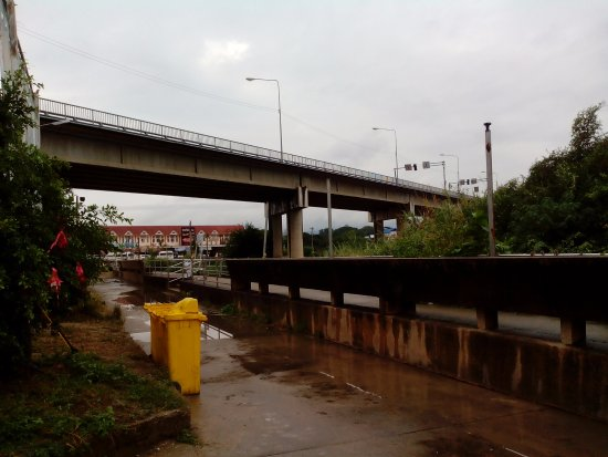 Mae Sot, Thailand: Le pont vu depuis la rivière