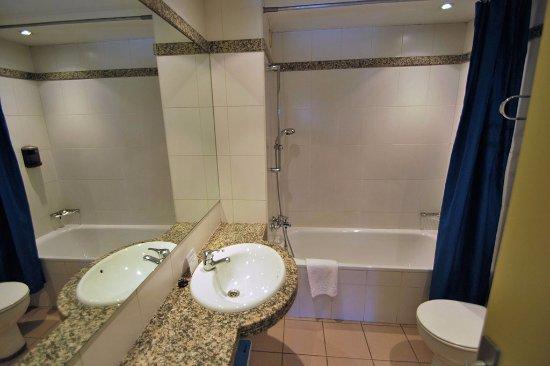 Cuarto de ba o con ba era secador de pelo espejo de for Espejos de bano con aumento