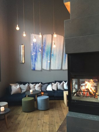 Svalbard Hotel: Cozy fireplace near the reception
