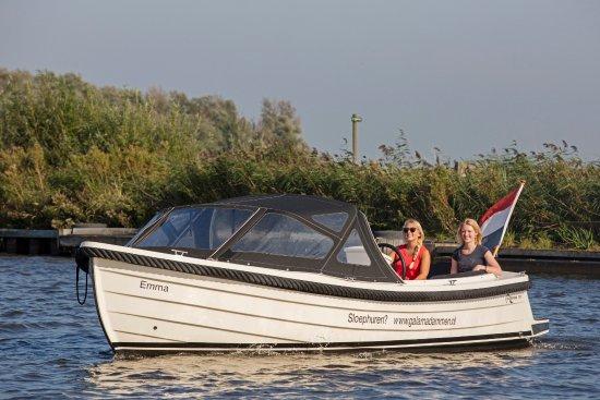Koudum, Países Baixos: Ontdek Friesland vanaf het water. Huur een sloep!
