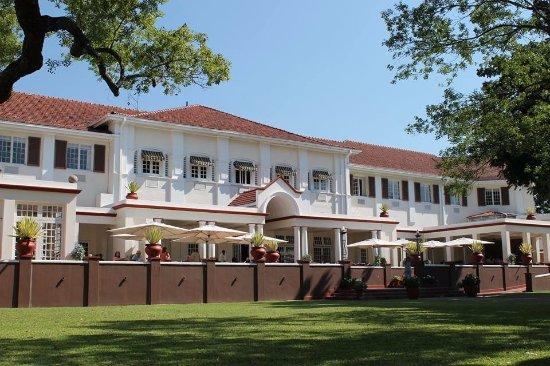 Johanesburgo, Sudáfrica: Back view of Victoria Falls Hotel in Zimbabwe
