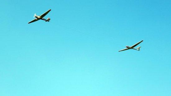 Unterwossen, Germany: Zweefvliegtuig dat wordt opgetrokken