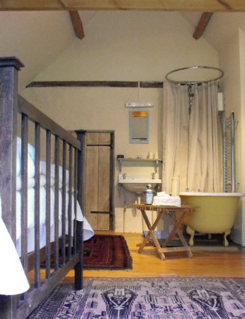 Chale, UK: The Old House - Gotten Manor - Double bedroom with Roll-Top Bath