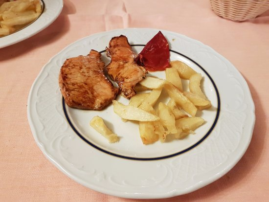 Santo Domingo de Silos, Spania: Asador Casa Emeterio - De hoofdmaaltijd, 11 euro 50, met vette friet