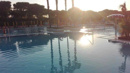Camping Village Portofelice: piscina al tramonto