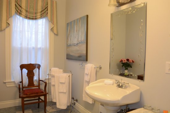 Rose Manor Inn : Amelia Earhart  Room Bathroom