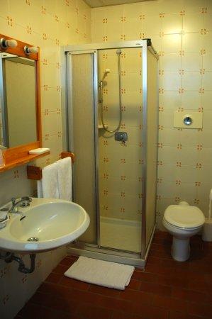 Hotel Sonenga: bagno della camera con vista montagna