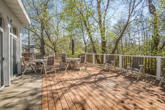 Mill Creek Hotel: Enjoy the Donian Nature Preserve from the deck
