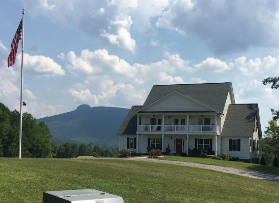 Pinnacle, Carolina del Norte: View of B&B from end of driveway, with Pilot Mountain in the background.
