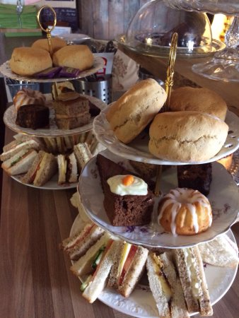 Axbridge, UK: I just booked an Afternoon tea for 4 at the Almshouse! Amazing homemade cakes and sandwiches! £1