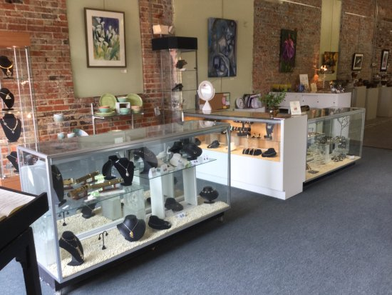 Fayetteville, Carolina del Norte: Jewelry, pottery, glass, woodwork, painting and more!
