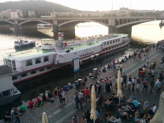 โรงแรมปาร์คอินน์ ปราก: Vltava River, looks like the entire city hangs out here!!!