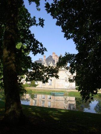 Saint Symphorien le Chateau, Γαλλία: le château vu du parc