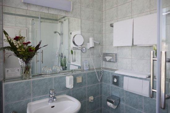 Hotel Smetana: Bad im Doppelzimmer
