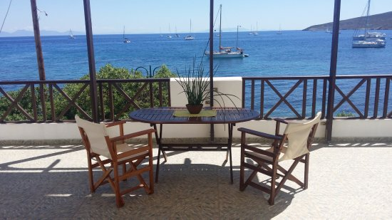 Anemoessa Studio Apartments: View of Livadia bay from the courtyard of the 1st floor