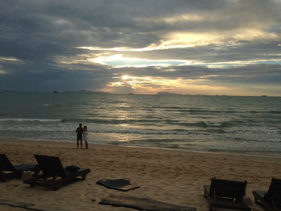 Lipa Noi, Thailand: Sunset and a beer