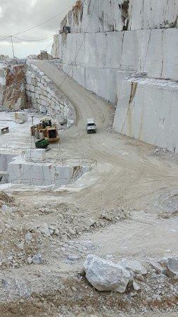 Marmo Tour: fuoristrada 4x4 con turisti tra gli scavi