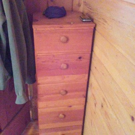 Elsie's Lakeview Cabins: compact dresser
