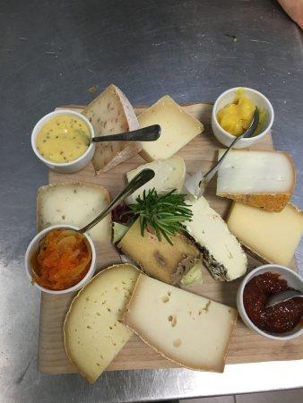 Scopello, Italia: tagliere di formaggi e confetture fatte in casa