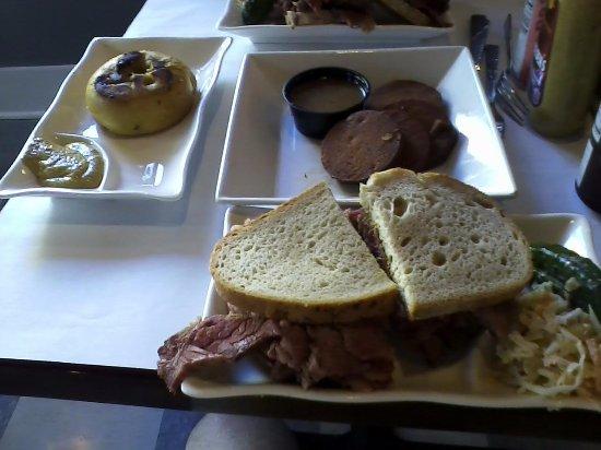 Poughkeepsie, estado de Nueva York: pastrami sandwich and sides