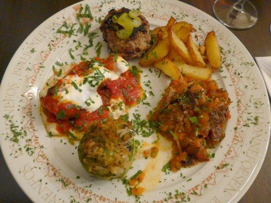 Honefoss, Norwegia: Køfte med svinekjøtt, grillspyd av kylling i hvit og rød saus og biff i nydelig stuing!