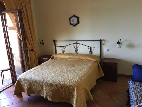 Mooie ruime schone slaapkamer met balkon en zitje. Nette badkamer ...