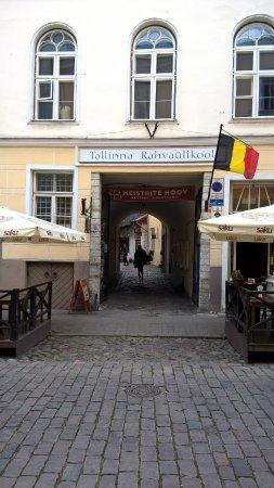 Villa Hortensia: вход в арку, внутри небольшая площадь, отель в дальнем углу