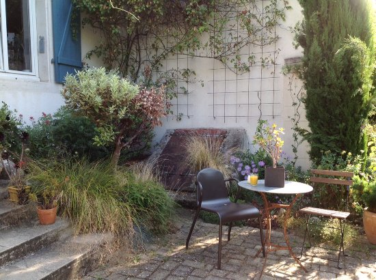 Maxeville, Francja: Leuke tuin met gezellige hoekjes.