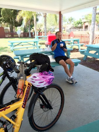 Hudson, FL: Ice cream by the water. We came by bike.