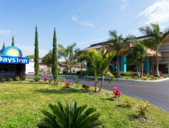 Days Inn Sarasota Hotel Entrance Daylight