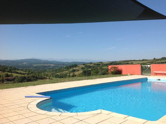 Castex, ฝรั่งเศส: Pool with a view of the Pyrenees