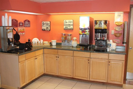 Baytown, TX: Breakfast Area, make your own waffles, cereal, coffee and juice