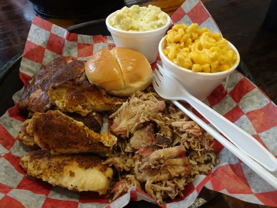 Crawfordville, Floride : Combo plate (14.99 USD): Wings, Ribs, Pulled Pork, Mac & Cheese, Potato Salad