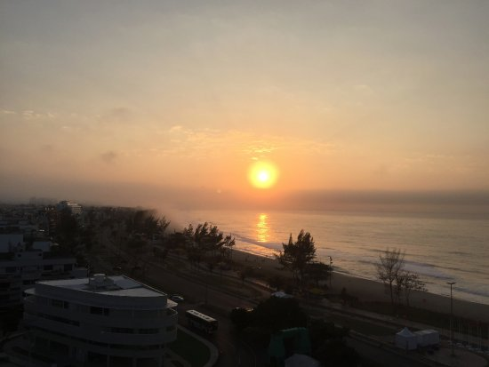 Atlantico Sul Hotel: Nascer do sol visto da piscina