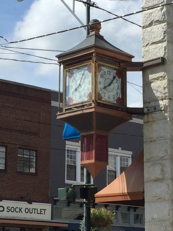 Mount Airy, Βόρεια Καρολίνα: Even the clock on Main St is frozen in time, it was 2:00