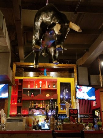 Barboursville, Западная Вирджиния: Bar with Hanging Bull Above