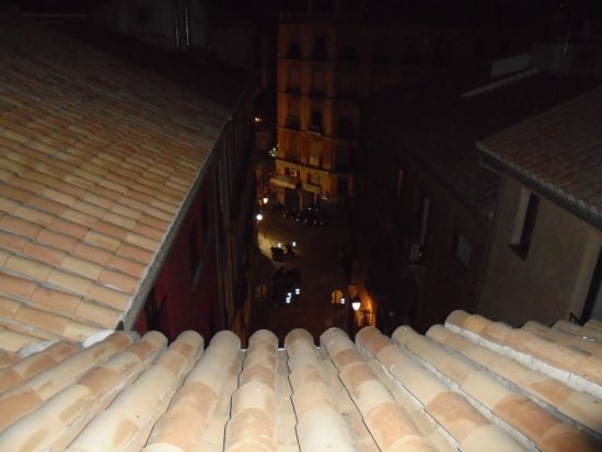 Apartamentos Medina Reyes Catolicos: Vista desde la azotea al callejon. Abajo queda el portal
