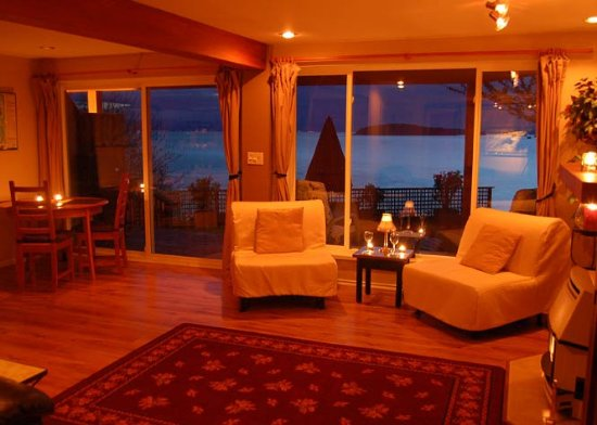 Sechelt, Canadá: The Sunset Suite view from the living room