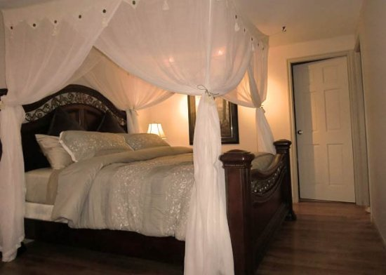 Sechelt, Canadá: The Sunset Suite King bed