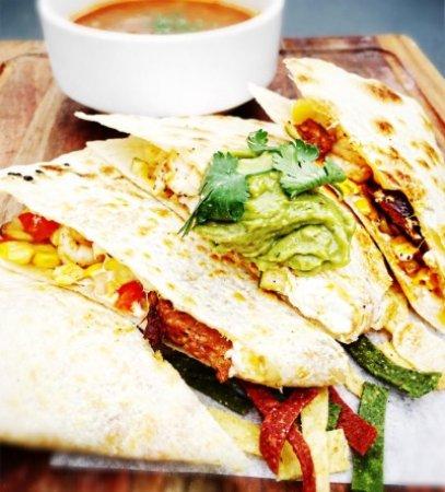 Кокитлам, Канада: Creole Prawn Quesadilla, Tomato Basil Bisque, Bruschetta Chicken & Beeramisu – JRG Feature Menu
