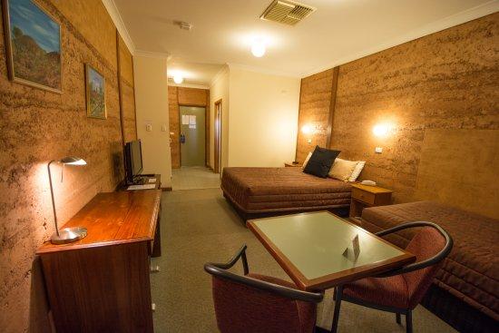 Mud Hut Motel: Twin room
