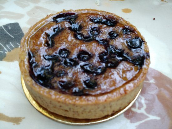 Stanstead, Canadá: a sample tart - this one made with almond pastry