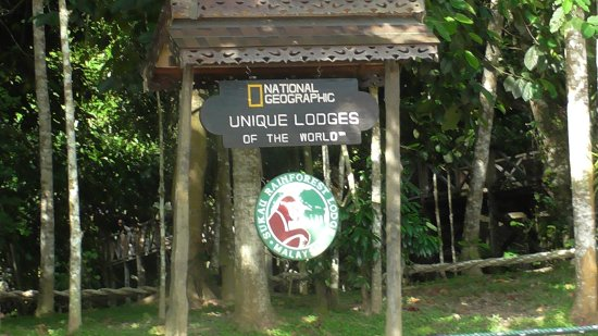 Kinabatangan District, Malasia: signpost at main entrance to the lodge