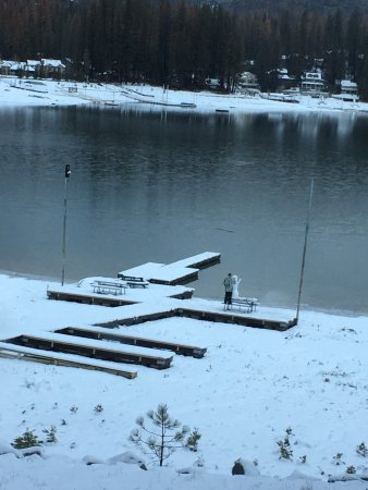 Fish Camp, Kalifornien: Man making a snowman at Bass lake