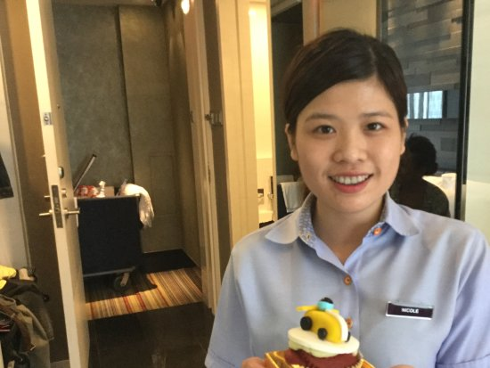 The Quincy Hotel by Far East Hospitality: Nicole the housekeeping wiz with our F1 cupcake.