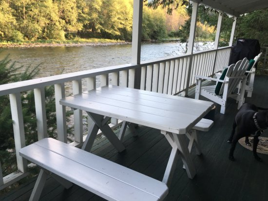 Holiday Farm Resort: great deck overlooking the river