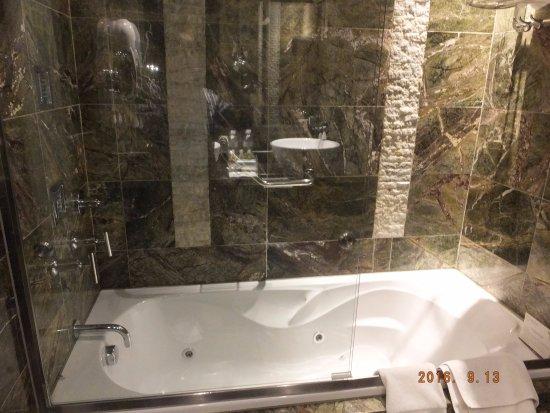Aranwa Cusco Boutique Hotel: トイレとの間に仕切りがあるのは良かったのですが、バスの使い勝手はよくありませんでした