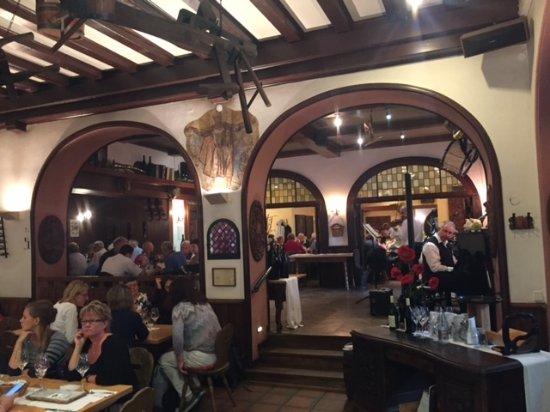 観光客で混んでいる、からくり時計がレストランの塔に。