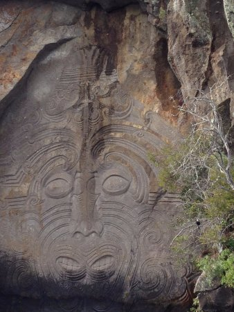 Taupo, Yeni Zelanda: Close-up of one of the Maori Rock Carvings (protectors of the Lake)